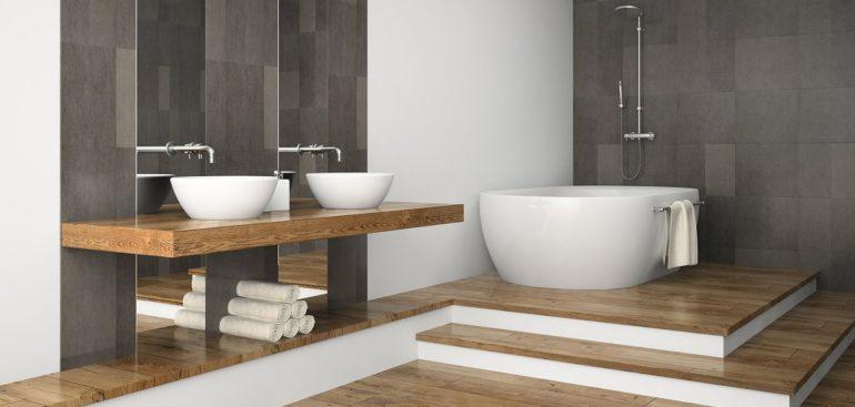 Es buena idea instalar un suelo de madera en el baño
